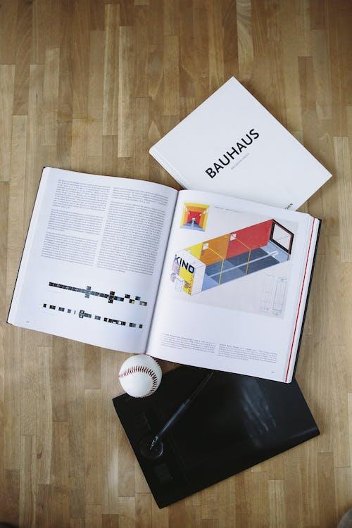 Weißbuch Auf Braunem Holztisch