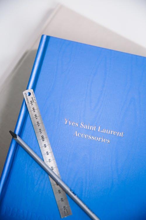 Синяя книга на белом столе