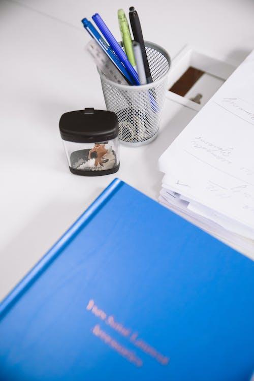 Blaues Buch Auf Weißem Tisch