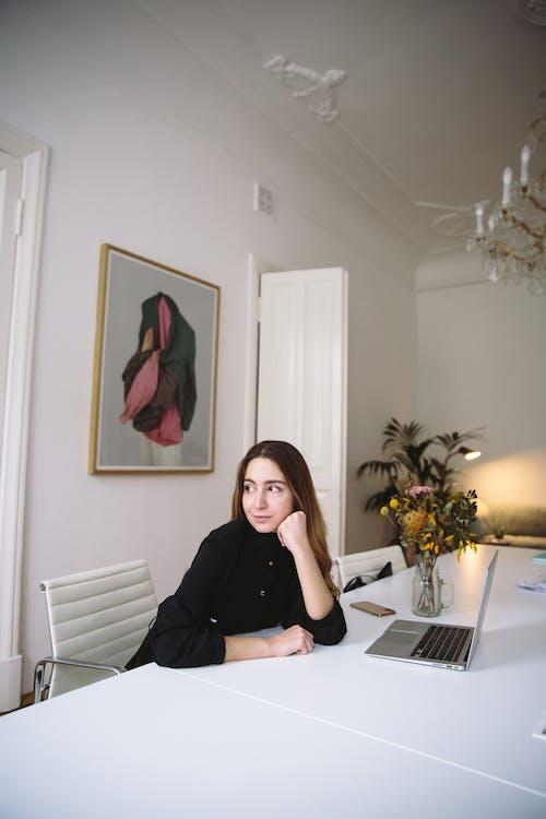 Foto profissional grátis de adulto, arranjo de flores, assistente virtual, cadeira