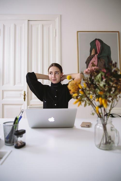 Kostenloses Stock Foto zu büro, computer, denken, drinnen