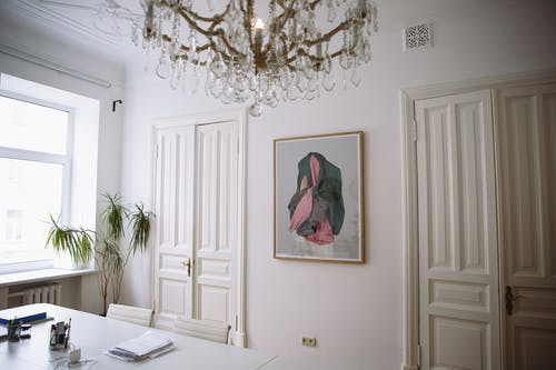 Gratis lagerfoto af arkitektur, boligindretning, bord, dekorationer