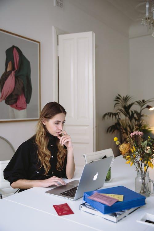 O assistente virtual trabalha de maneira remota e pode atender vários clientes ao mesmo tempo.