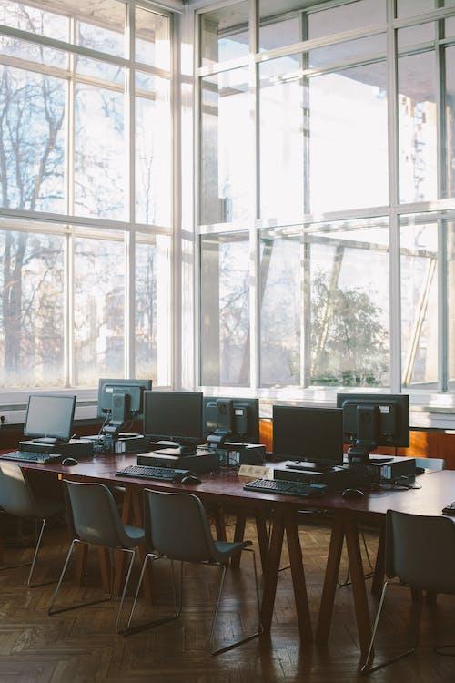 Foto Di Computer Sulla Tavola Di Legno