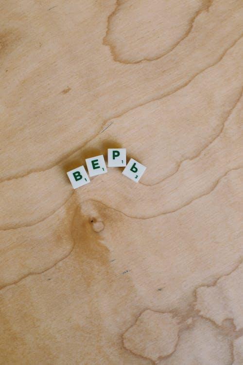 Foto Di Pezzi Di Scrabble Sulla Superficie In Legno