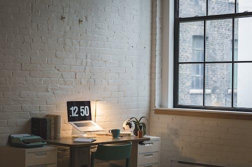 Ilmainen kuvapankkikuva tunnisteilla kannettava tietokone, kirjoituspöytä, moderni, nykyaikainen