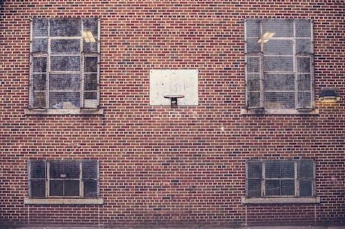 Kostenloses Stock Foto zu architektur, backsteinmauer, basketball-ring, basketballkorb