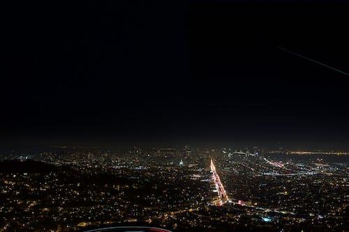 Kostenloses Stock Foto zu beleuchtet, dunkel, gebäude, landschaft