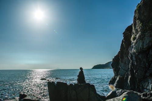 adam, çıkıntı, deniz, keşişler içeren Ücretsiz stok fotoğraf