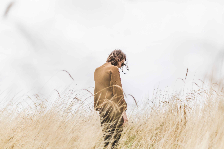 Kostenloses Stock Foto zu fashion, feld, gras, landschaft