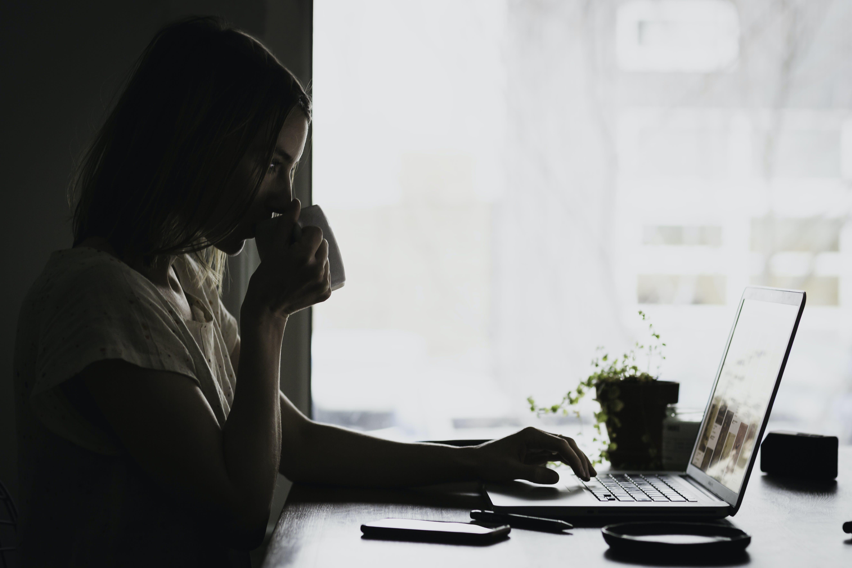 Gratis lagerfoto af arbejde, arbejder, arbejdsplads, bærbar computer