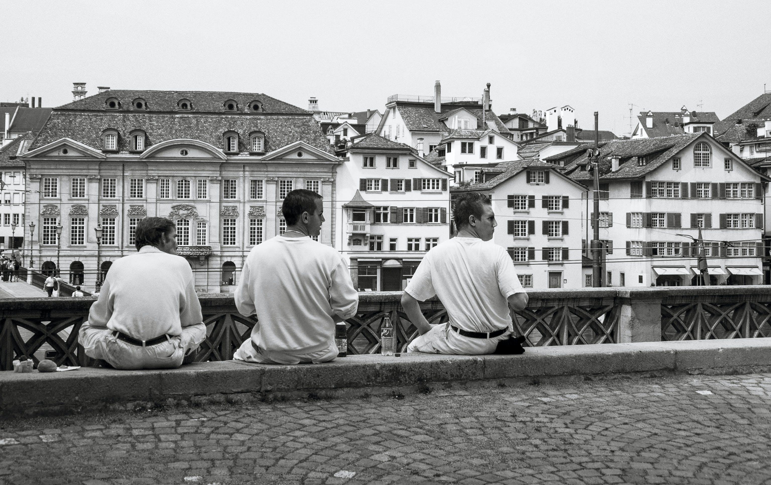 Бесплатное стоковое фото с люди, три, черно-белый