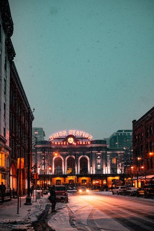 Gratis lagerfoto af aften, arkitektur, belyst, biler