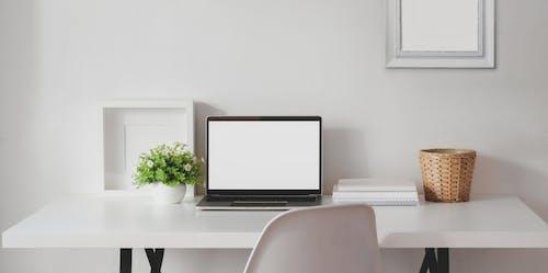 Gratis lagerfoto af arbejdsområde, bærbar, bærbar computer, bord