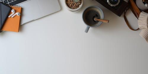 Foto d'estoc gratuïta de airpods, beguda, cafè, càmera