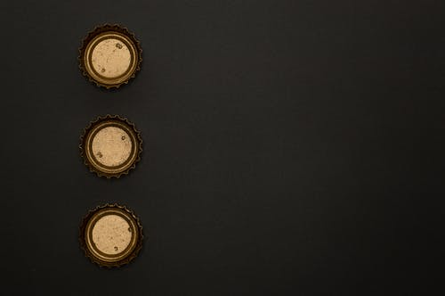 Безкоштовне стокове фото на тему «алкоголь, вершини пляшки, золотий, золотистий»