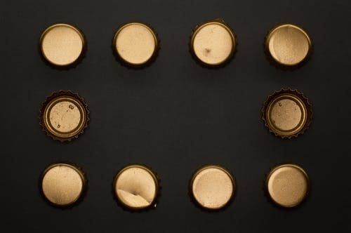 Безкоштовне стокове фото на тему «абстрактний, алкоголь, вершини пляшки, золотий»