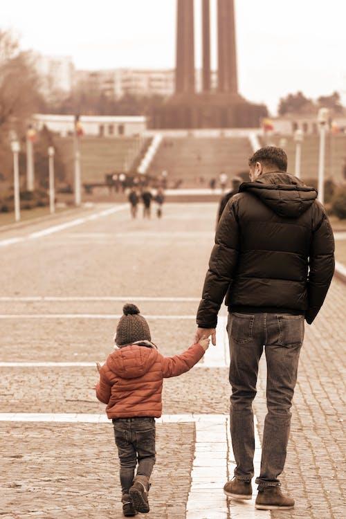 Darmowe zdjęcie z galerii z chodnik, chodzenie, dorosły, dziecko