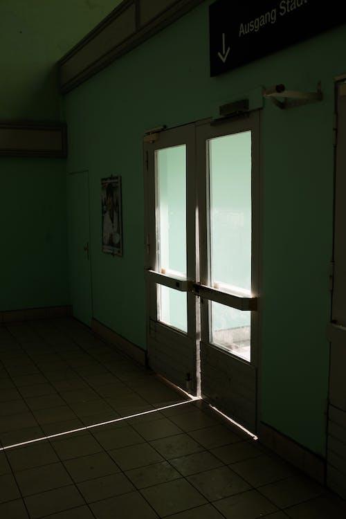 Beyaz Ahşap çerçeveli Cam Kapı
