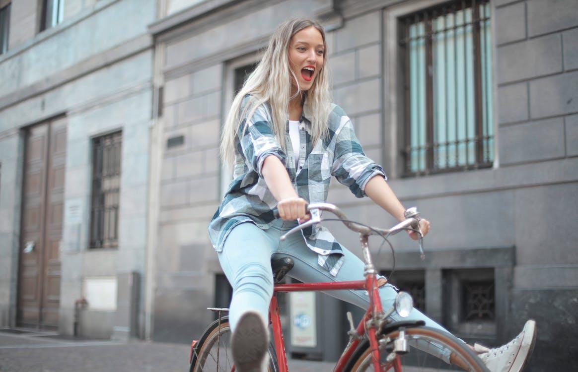 Фотография женщины, едущей на велосипеде