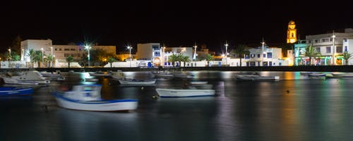 Gratis lagerfoto af både, havn, nat, skyline