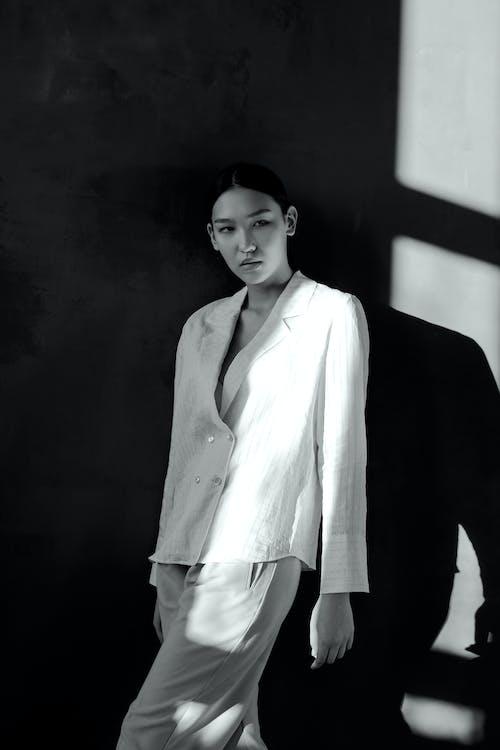 Fotos de stock gratuitas de adentro, asiática, atuendo, blanco y negro