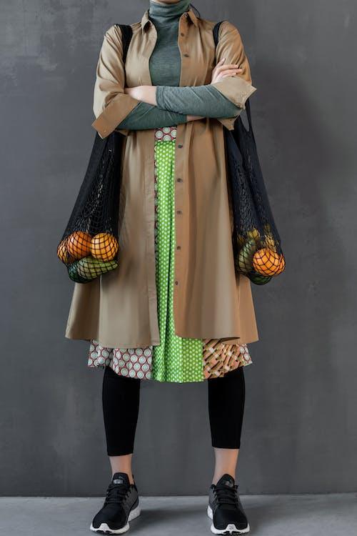 Mulher Carregando Frutas