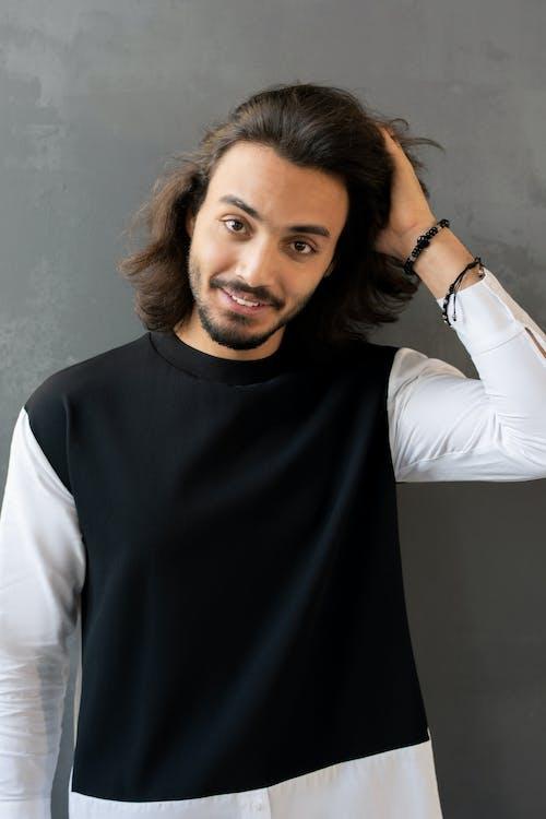 黑色和白色長袖襯衫的男人
