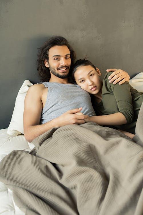Foto Pasangan Berbaring Di Peluk Ranjang