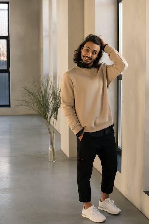 Foto Pria Mengenakan Sweater Beige