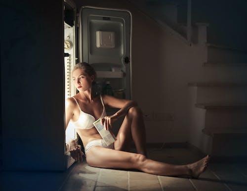 Δωρεάν στοκ φωτογραφιών με γυναίκα, εσώρουχα, καθιστός, κιλότα