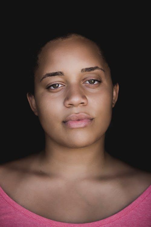 Porträt Der Frau Im Rosa Trägershirt