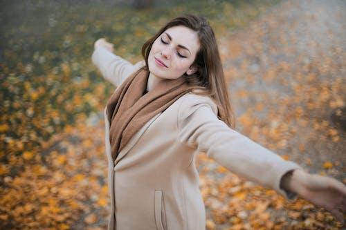 Fotos de stock gratuitas de atuendo, bonita, bufanda, caer