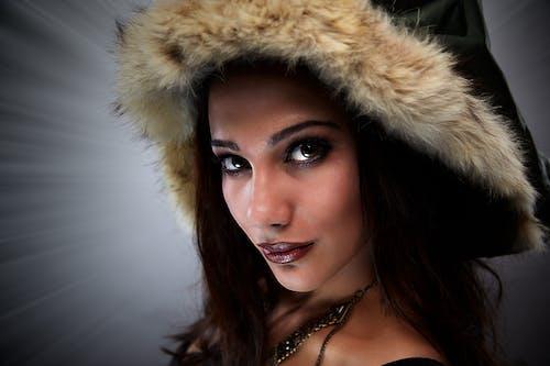 Foto d'estoc gratuïta de amb caputxa, bellesa, bonic, collaret