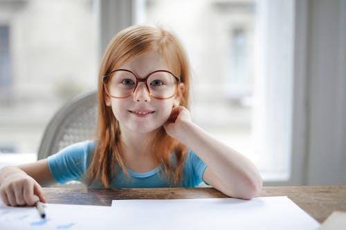 Garota De Camiseta Azul Usando óculos