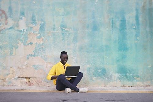 Kostenloses Stock Foto zu bürgersteig, computer, digitaler nomade, elektrik