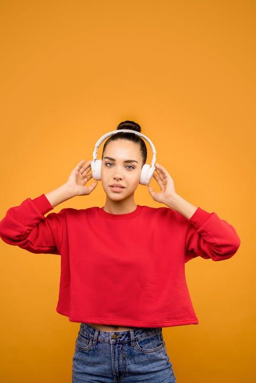 Woman In Red Trendy Top écouter De La Musique