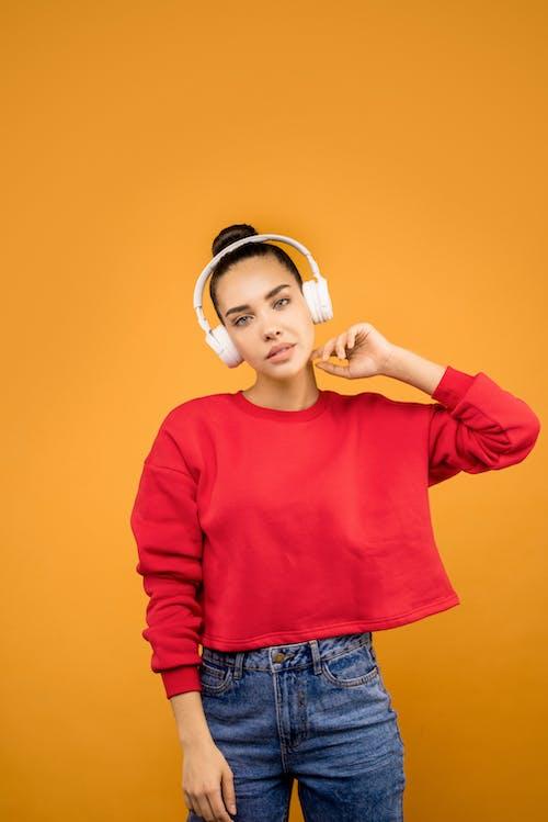 Fille En Haut Court Rouge Portant Des écouteurs Blancs