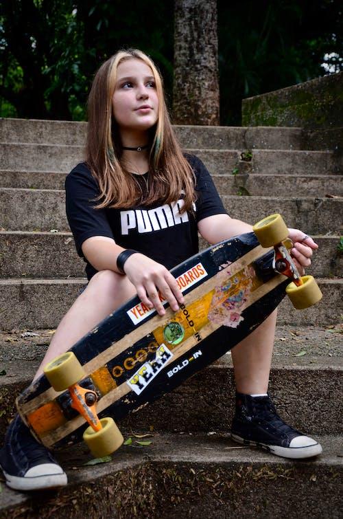 カジュアルウェアー, コンクリート階段, スケートボーダー, スケートボードの無料の写真素材