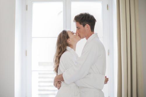 Безкоштовне стокове фото на тему «близькість, вікно, всередині, дорослі»