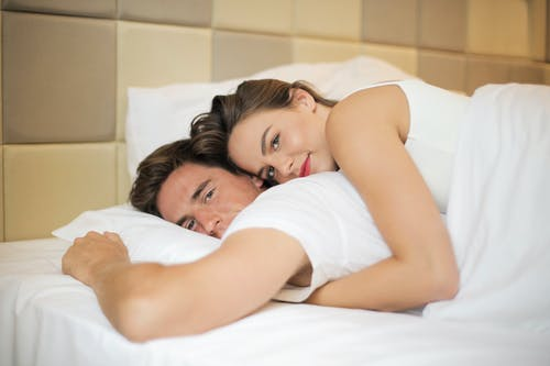 Pasangan Yang Lembut Beristirahat Di Tempat Tidur Bersama