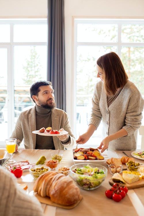 女人服務食物