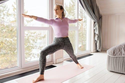 Gratis lagerfoto af afslapning, barfodet, canvacustombrief, hjemme træning