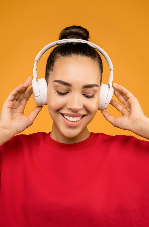 Femme Heureuse, écouter De La Musique Sur Un Casque Blanc