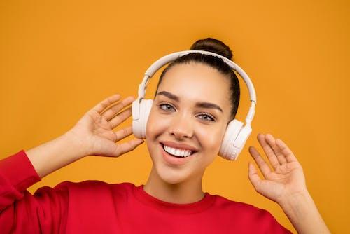 Foto De Mulher Usando Fones De Ouvido Brancos