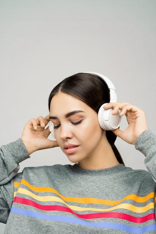 Fotos de stock gratuitas de auricular, bonita, disfrute, joven