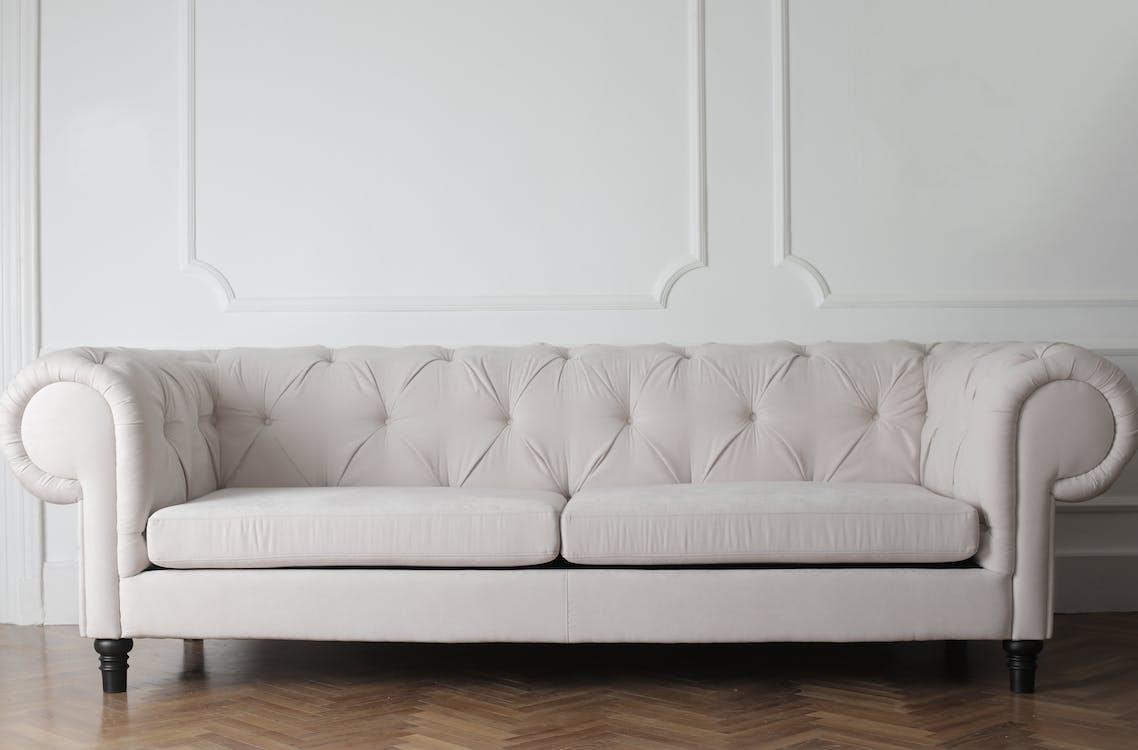 木の床の白いソファの写真