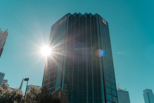 Základová fotografie zdarma na téma architektura, exteriér budovy, krásná obloha, lensflare