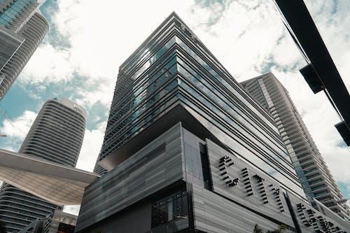 Základová fotografie zdarma na téma architektura, exteriér budovy, jasná obloha, krásná obloha