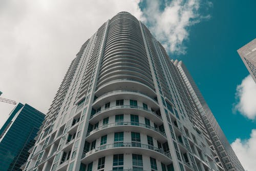 Základová fotografie zdarma na téma architektura, exteriér budovy, krásná obloha, město